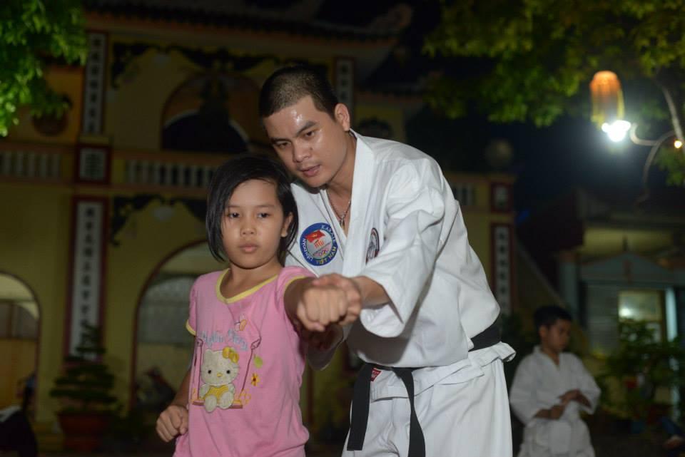CEO Reporter VN dạy võ cho trẻ em nghèo xóm nhặt rác Sài Gòn